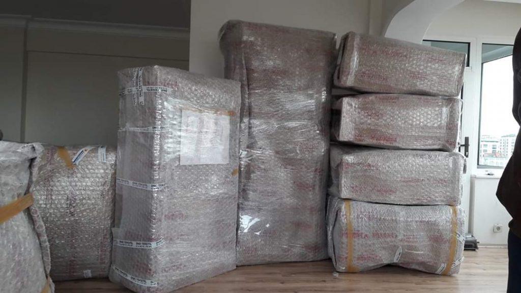 Gebze evden eve nakliyat ile taşınmak çok  kolay ve pratik bir hale getirmekteyiz firmamız Gebze evden eve nakliyat Özensoy Nakliyat olarak evden eve nakliye işlemlerinizi uzman deneyimi personellerle yaparak müşterilerin herhangi bir eşyasını toplamadan firmamızın güçlü uzman personelleri tarafında  itinalı bir şeklde eşyalarınızı toplaması yapılmaktadır Gebze evden eve nakliyat müşteri referansı olarak Kocaeli bölgesinde ve çevresine evden eve nakliyat hizmeti sağlamaktayız Gebze evden eve nakliyat Özensoy nakliyat olarak yapmış olduğumuz hizmetlerden en çok müşterilerimizin taşınması sona erdiğinde müşterilerin yüzündeki o mutluluk yeter bize Gebze evden eve nakliyat